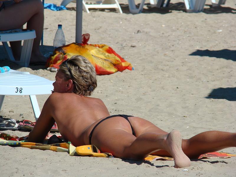 Ролики девушка сосёт на пляже в анапе 17 фотография